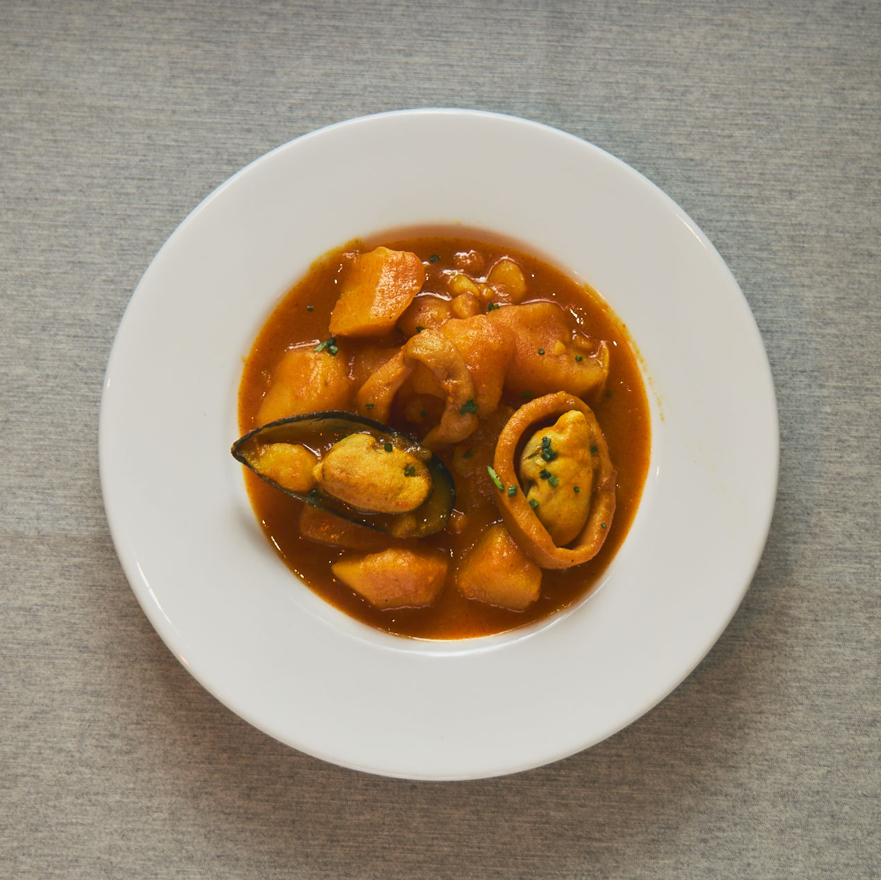 El plato estrella de Gladys. 30 años de Solomillo al Ajo Tostado y Marmitako de Atún; plato tradicional de la cocina vasca y un clásico en nuestra cocina desde 1990.