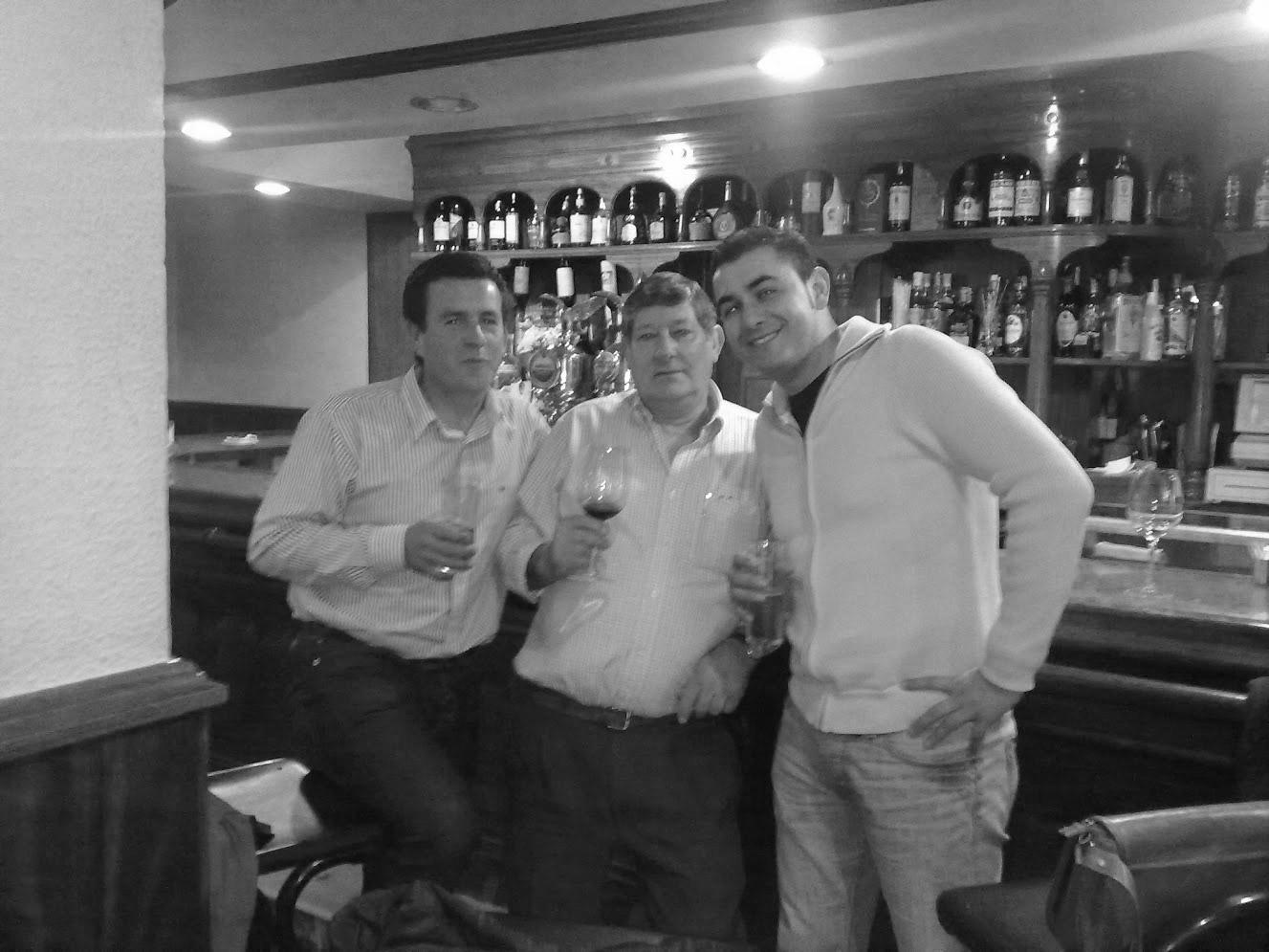 Manuel con amigos y clientes